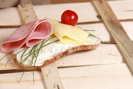 تفسير أكل الخبز أو اللحم