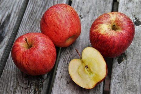 تفسير حلم رؤية أكل التفاح حامض حلو في المنام لابن سيرين