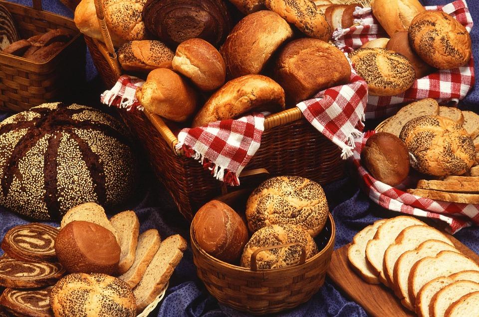 تفسير حلم رؤية أكل الخبز الأبيض أو الأسود في المنام