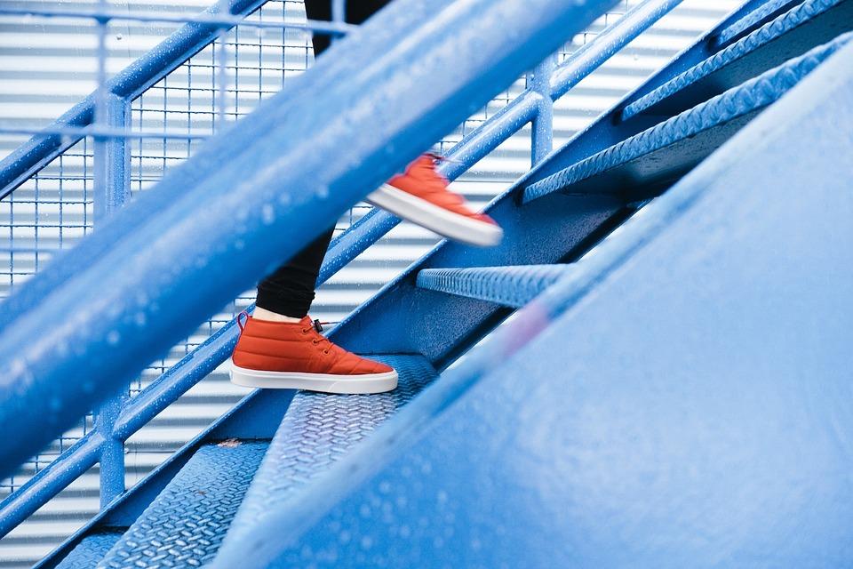 تفسير حلم رؤية الصعود على الدرج والنزول عنه في المنام