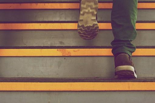 تفسير حلم رؤية صعود الدرج العالي في المنام لابن سيرين