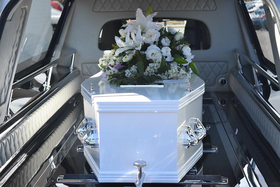 تفسير حلم رؤية رفع الميت أو حمل المتوفي في الجنازة لابن سيرين