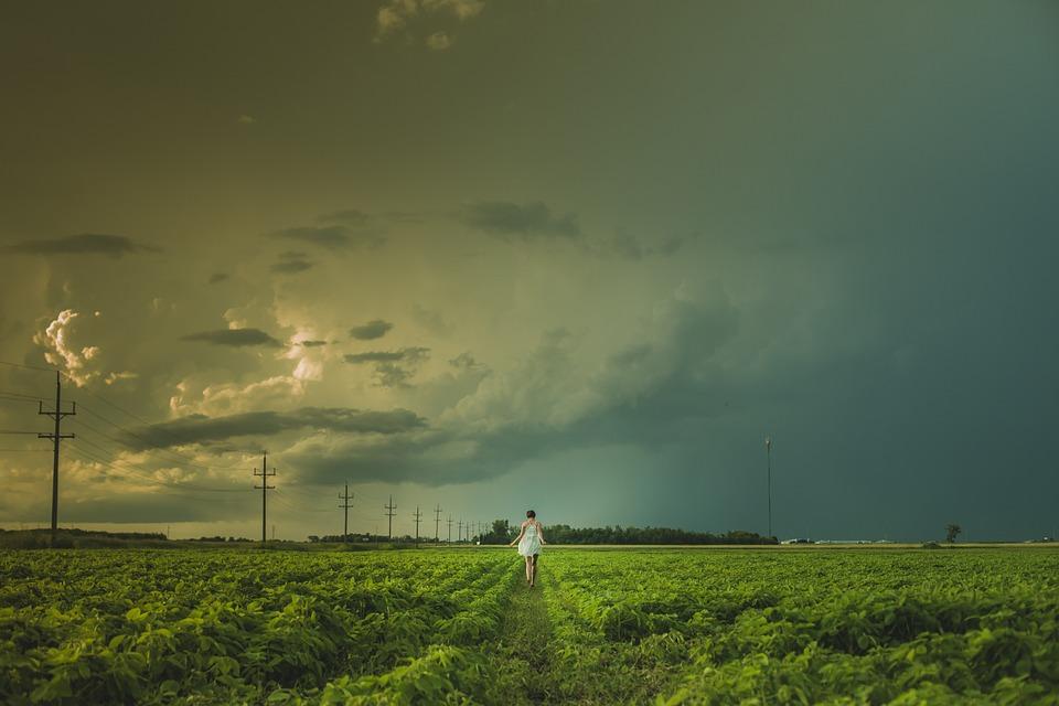 تفسير حلم رؤية زلزال الأرض واضطراب السماء في المنام