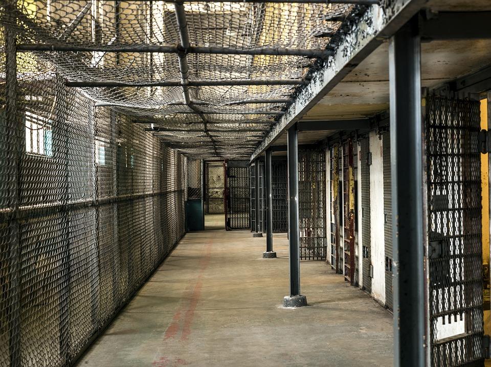 تفسير رؤيا دخول السجن وتأويل حلم خروج السجين في المنام