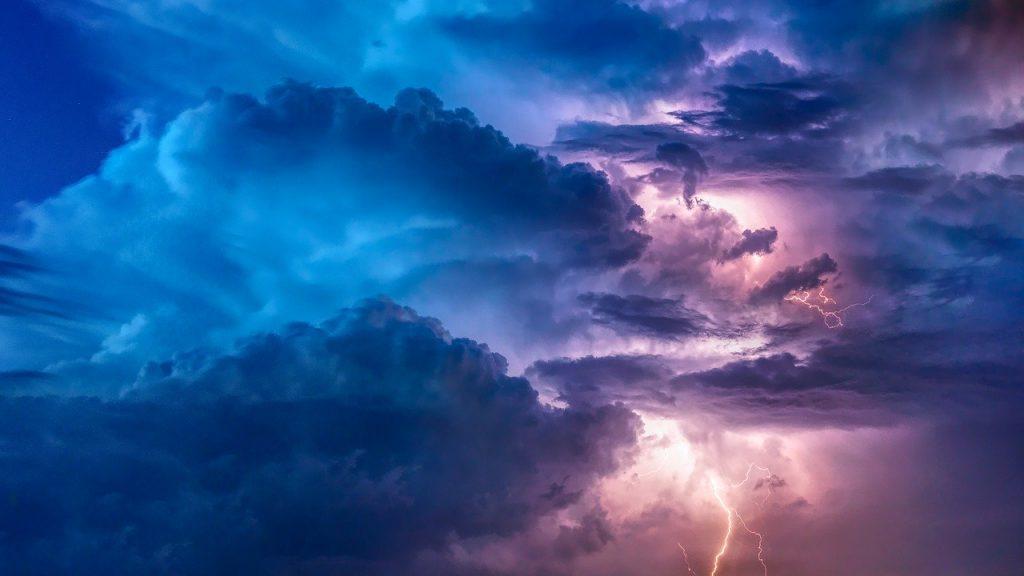 تفسير حالات رؤية السحاب الماطر أو الجاف في المنام